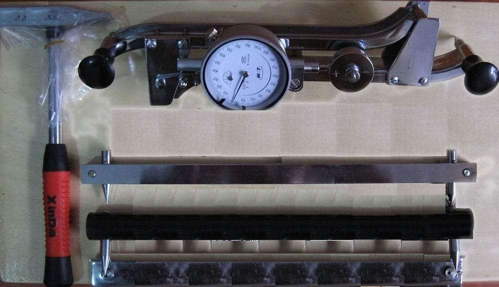 随着变形会发生电阻值变化的应变片按规定方向贴在试件表面,由于试件