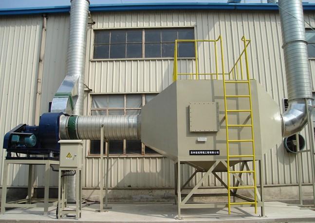 深圳有机废气处理塔/活性炭回收装置 绿深环保公司以高性能,高效率,低震动,低噪音等优点成为国际半导体、精密电子、化工 、污水处理、金属加工等企业废气排放系统中重要配套设备。 活性炭有机气体吸附回收装置结构 活性炭回收装置主要有:吸附罐、截止阀、过滤器、冷凝器、分离桶、曝气筒、风机电机、隔声罩消声器等设备,自动型配用电控气动进风口调节阀,碳层超温报警及自动喷水降温装置电控柜等。 活性炭回收装置为两个吸附罐,两罐可同时使用、可交替使用、罐内设置单层活性碳或双层活性碳。若双层活性碳废气进入吸附罐内通过上下两层吸